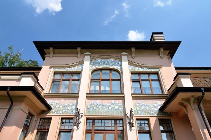 Архитектурный декор фасада особняка в эклектичном стиле