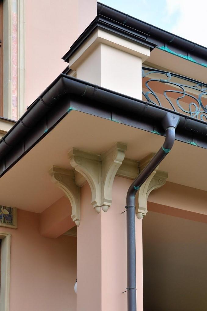 Колонны из архикамня на фасаде